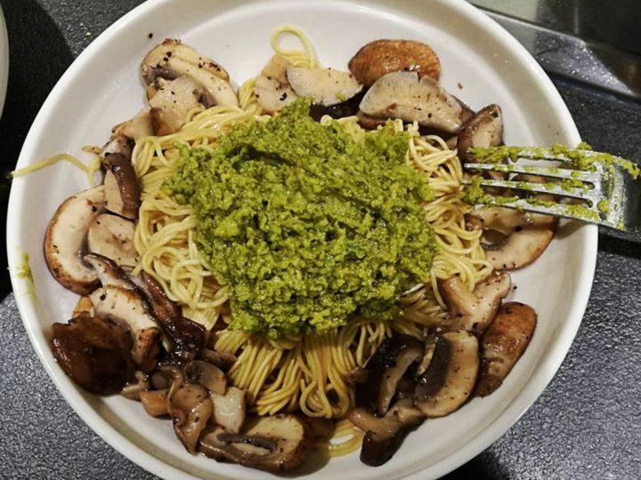 Noedels met avocado-pesto en champignons
